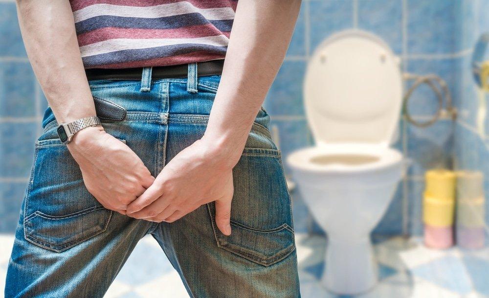мужчина боится идти в туалет