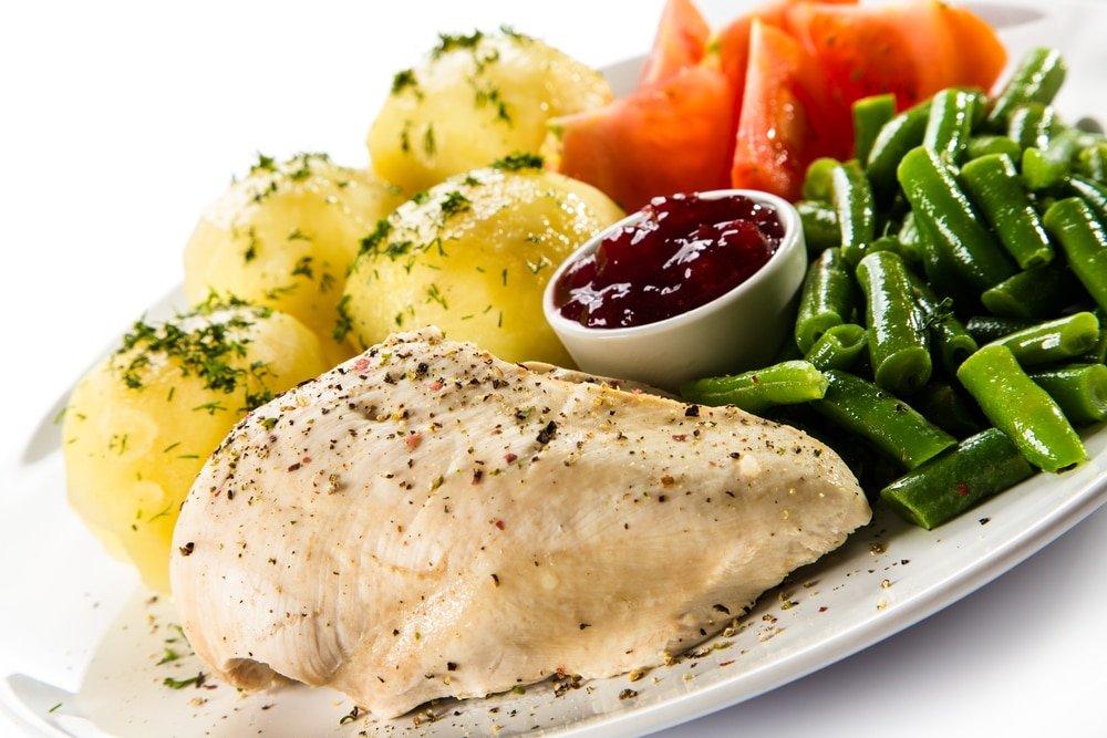 отварная кура и овощами и картофелем