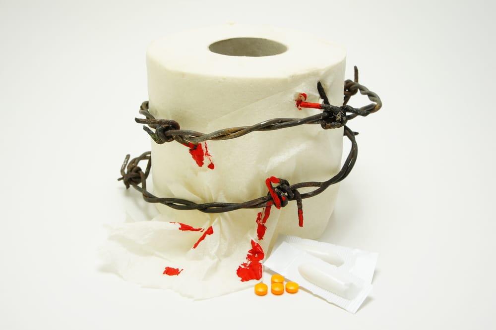 рулон туалетной бумаги обвитый колючей проволокой