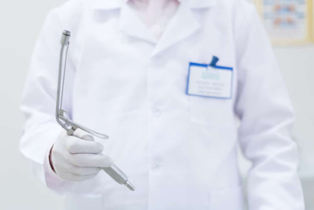 врач проктолог и прибор для калоноскопии